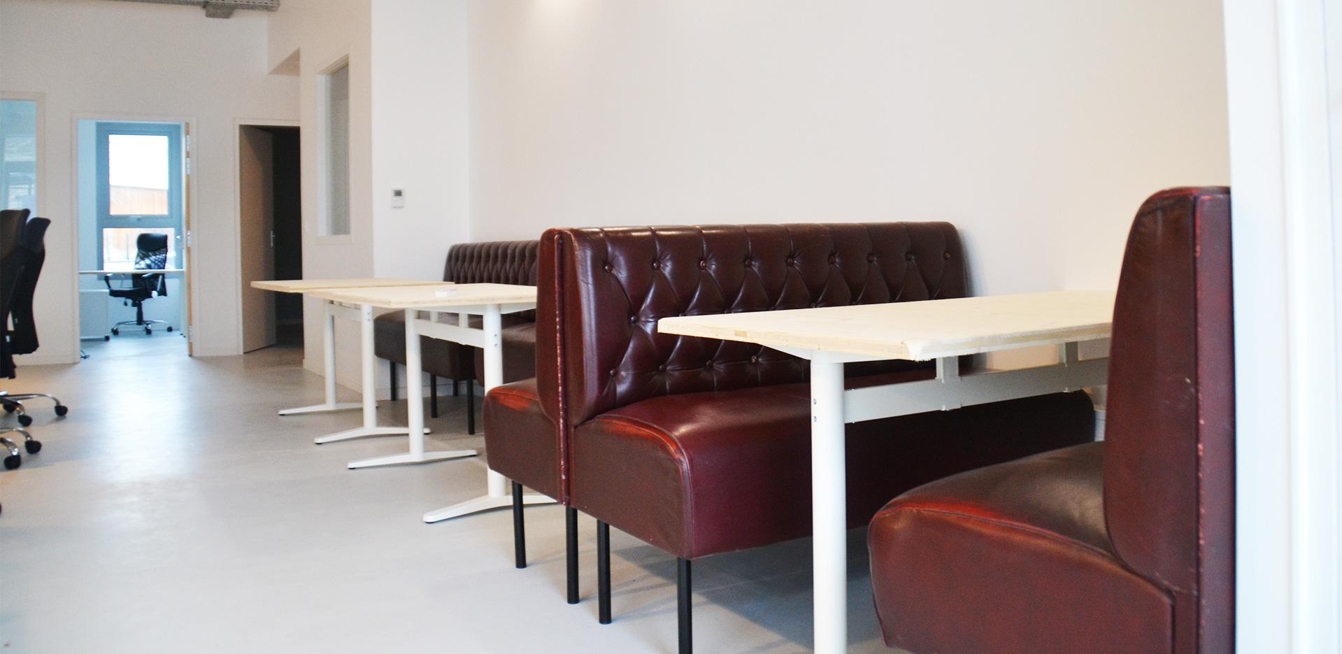 Banquettes et tables pour travailler en coworking